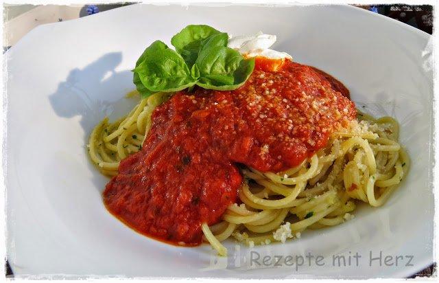 Knoblauchspaghetti mit Tomaten-Basilikum-Sauce