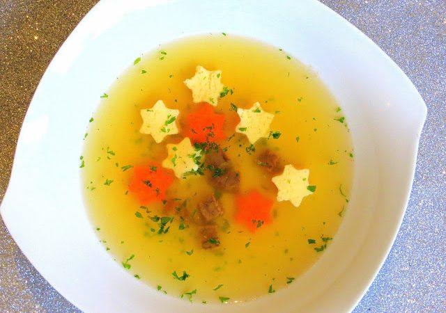 Klare Suppe mit Eierstich-Sternen