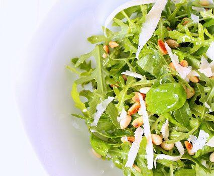 Rucola-Basilikum-Salat mit Pinienkernen und Parmesan