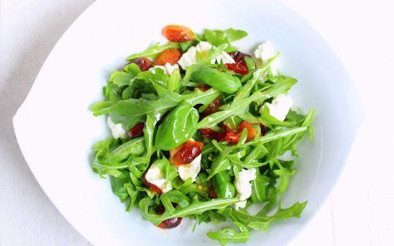 Mozzarella-Salat Caprese mit Rösttomaten
