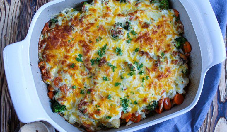 Putenschnitzel mit buntem Gemüse überbacken