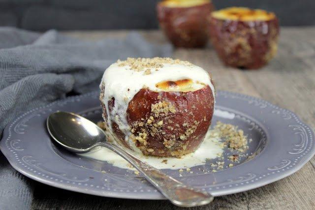 Bratapfel mit Quark – Nuss – Füllung und Baileys – Sahne