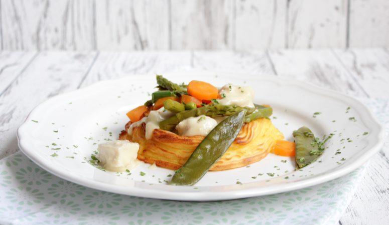Kartoffelnest mit Hähnchenragout und Frühlingsgemüse