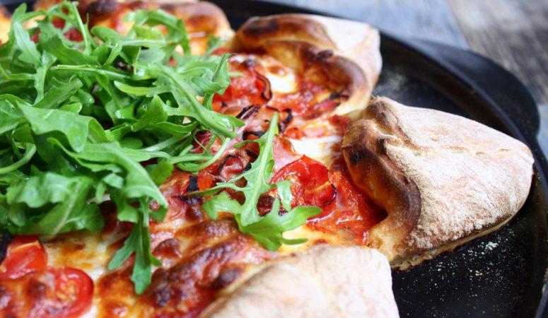 Pizzastern mit Tomaten, Mozzarella & Rucola
