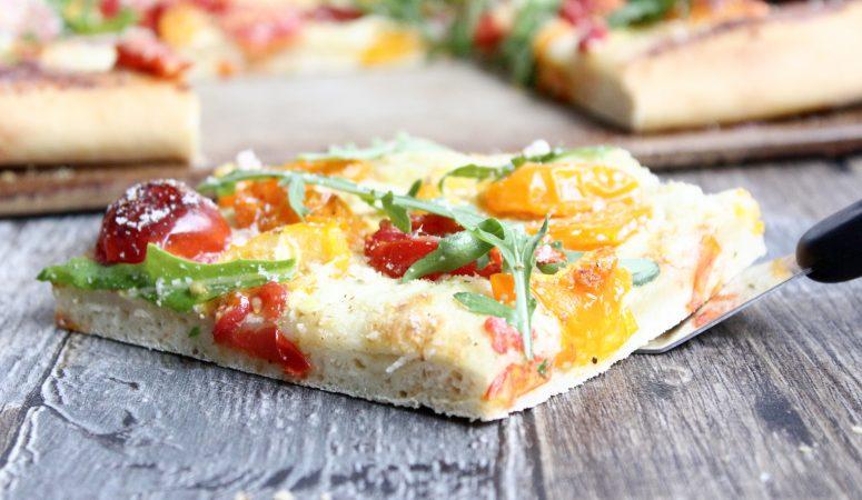 Flammkuchen-Pizza mit Tomaten und Rucola
