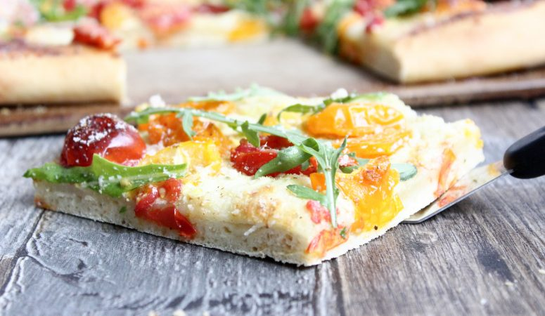 Flammkuchen-Pizza mit Tomaten & Rucola