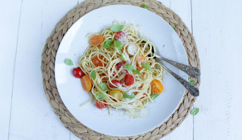 Pasta mit bunten Tomaten und Basilikum