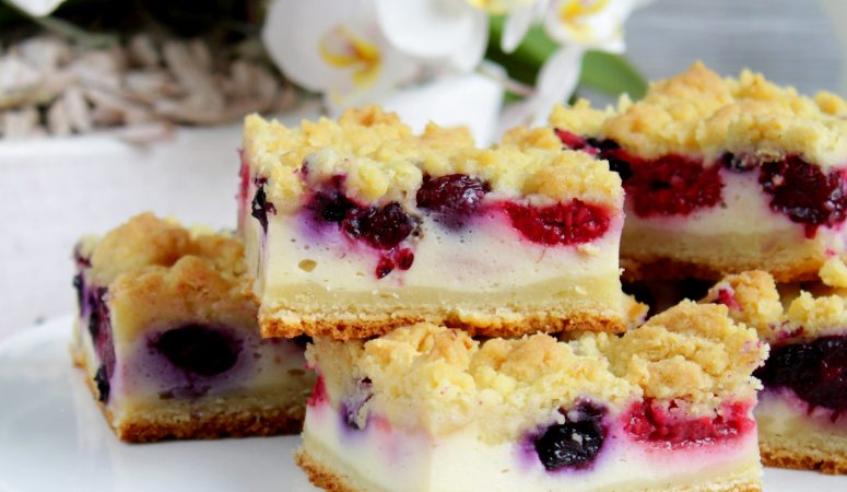 Very Berry Cheesecake Bars mit Knusperstreuseln