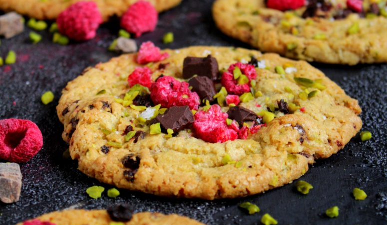 Schokoladen Cookies mit Himbeeren und Pistazien