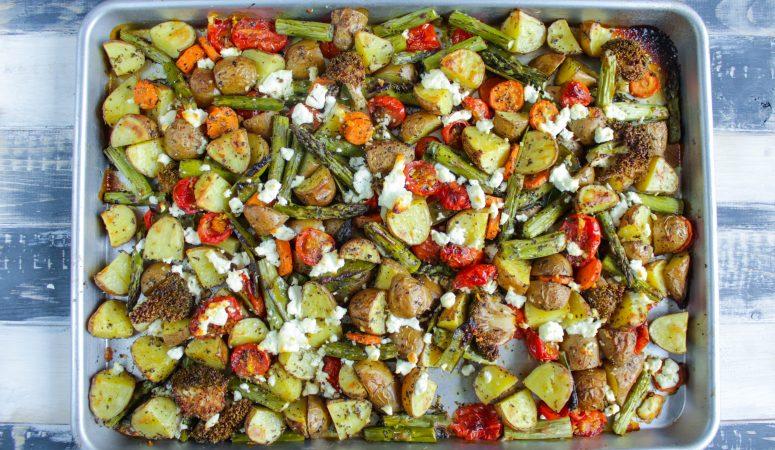 Kartoffel-Gemüsepfanne mit grünem Spargel vom Blech