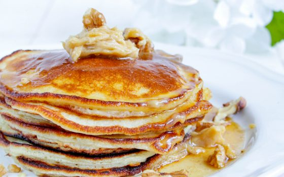 Pancakes mit cremiger Zimtbutter