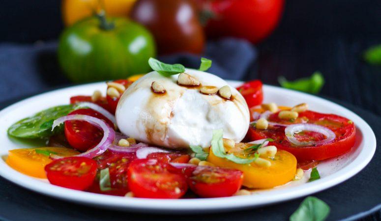 Bunter Tomatensalat mit Burrata