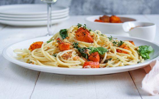 Pasta mit Kürbis, Blattspinat und gerösteten Tomaten
