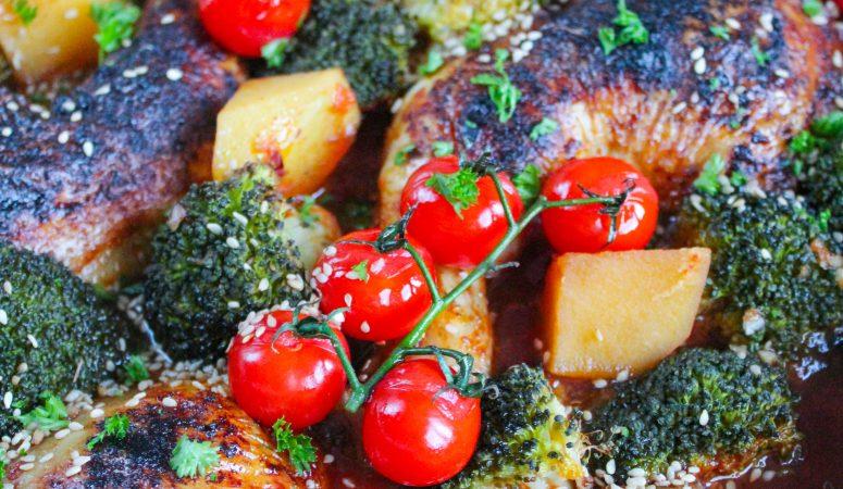 Ofenhähnchen mit Brokkoli, Kartoffeln und Tomaten