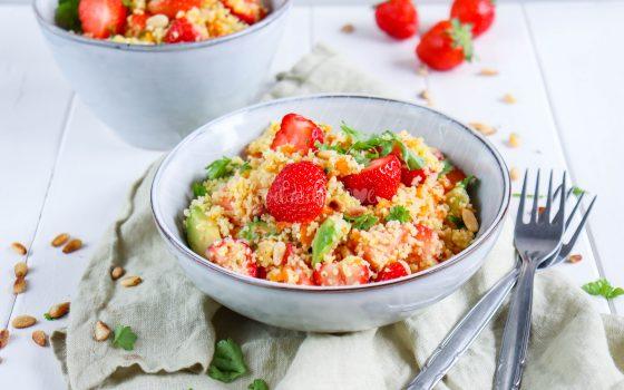 Couscous-Salat mit Avocado und Erdbeeren