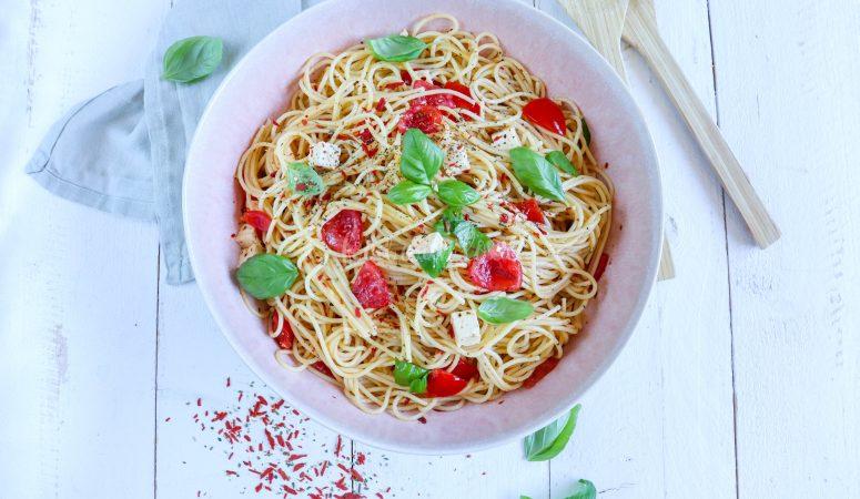 Spaghettisalat mit Tomaten und eingelegtem Fetakäse