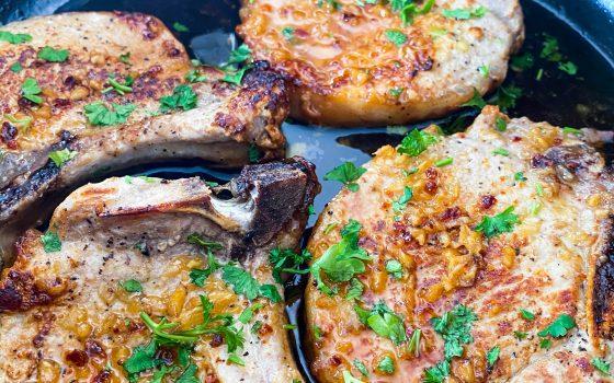 Pork Chops   Schweinekoteletts mit süsser, brauner Knoblauchbutter