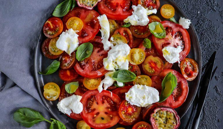 Tomatensalat mit Maracujadressing und Burrata
