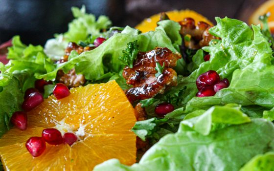 Köstlicher Salatmix mit Orange, Granatapfel, Walnüssen und Ahornsirup-Dressing