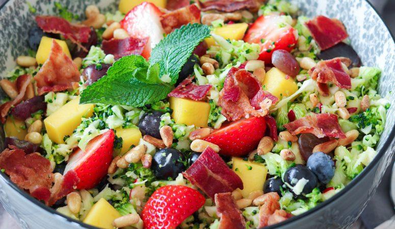 Brokkolisalat mit Früchten und TULIP® Bacon