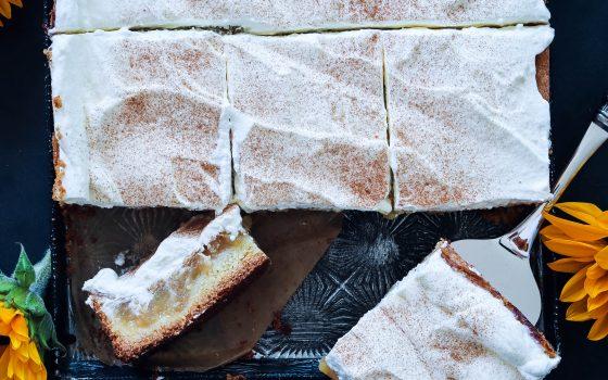 Apfelkuchen vom Blech mit Zimtsahne