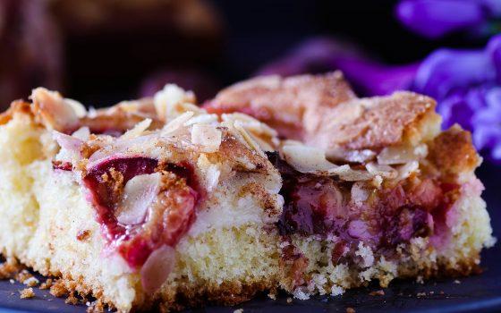 Zwetschgen-Blechkuchen mit Vanillecreme und Mandelkruste